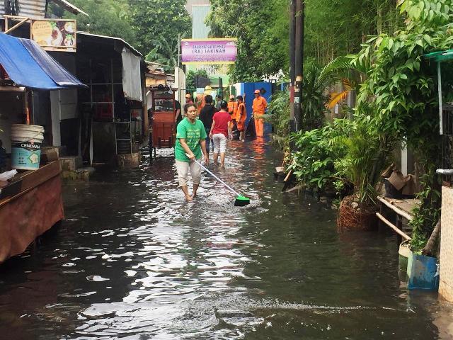 https: img-o.okeinfo.net content 2020 01 18 338 2154715 foto-foto-banjir-di-kelurahan-gunung-jakarta-selatan-oH1WmFIWBG.jpg