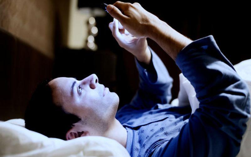 https: img-o.okeinfo.net content 2020 01 18 481 2154799 berkutat-dengan-smartphone-sebelum-tidur-berisiko-merusak-mata-NyyOZpx59W.jpg
