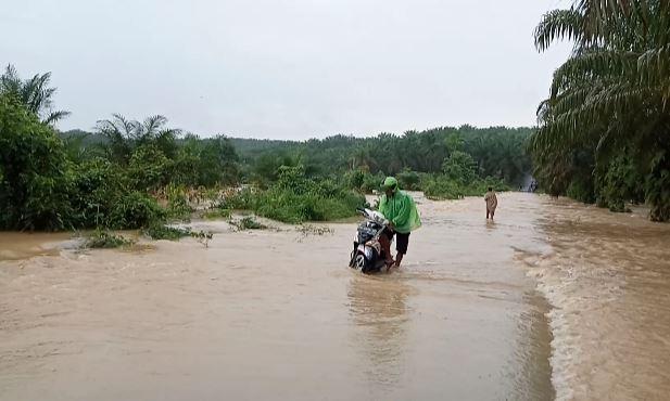 https: img-o.okeinfo.net content 2020 01 21 340 2155957 banjir-putus-akses-jalan-2-kecamatan-di-jambi-oe5O5beLzZ.JPG