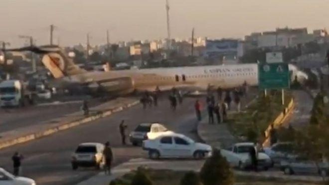 https: img-o.okeinfo.net content 2020 01 27 18 2159115 pesawat-iran-tergelincir-ke-jalan-raya-setelah-gagal-mendarat-mNaKQryFQn.jpg