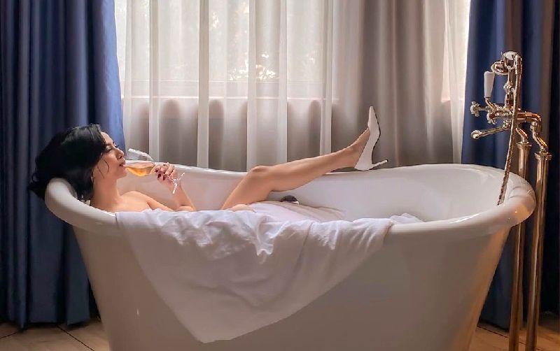 https: img-o.okeinfo.net content 2020 01 30 194 2160962 intip-pose-5-artis-cantik-di-bathtub-3zO2AVeAu2.jpg