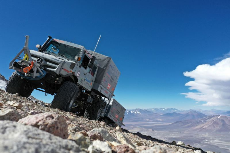 https: img-o.okeinfo.net content 2020 02 02 52 2162201 jelajahi-pegunungan-aktif-di-cile-truk-mercedes-benz-unimog-catatkan-rekor-ZpzLZ22C3K.jpg