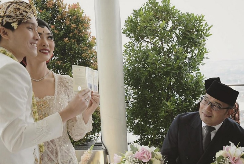 https: img-o.okeinfo.net content 2020 02 03 33 2162345 jadi-saksi-pernikahan-isyana-dan-rayhan-ridwan-kamil-digoda-netizen-37wlJ23B7H.jpg