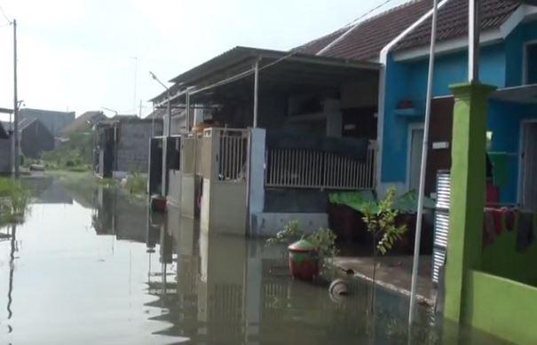 https: img-o.okeinfo.net content 2020 02 06 519 2164158 5-hari-terendam-banjir-warga-perumahan-di-mojokerto-mulai-tinggalkan-rumah-8CNOevSggG.JPG