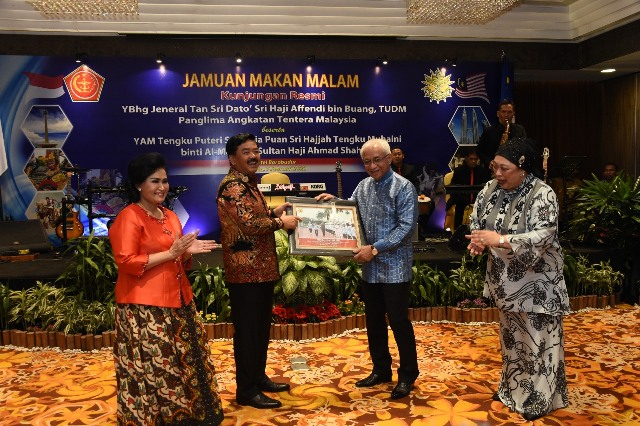 https: img-o.okeinfo.net content 2020 02 08 337 2165487 marsekal-hadi-tjahjanto-terima-kunjungan-kehormatan-panglima-tentara-malaysia-Hw2qAC4P5h.jpg