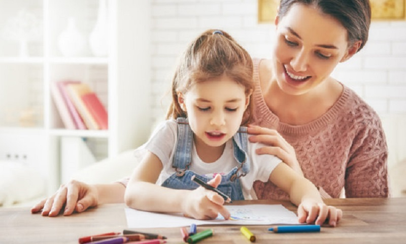 https: img-o.okeinfo.net content 2020 02 09 196 2165636 orangtua-ajarkan-anak-bahasa-inggris-sedini-mungkin-begini-kata-psikolog-nc6CvgRiwA.jpg