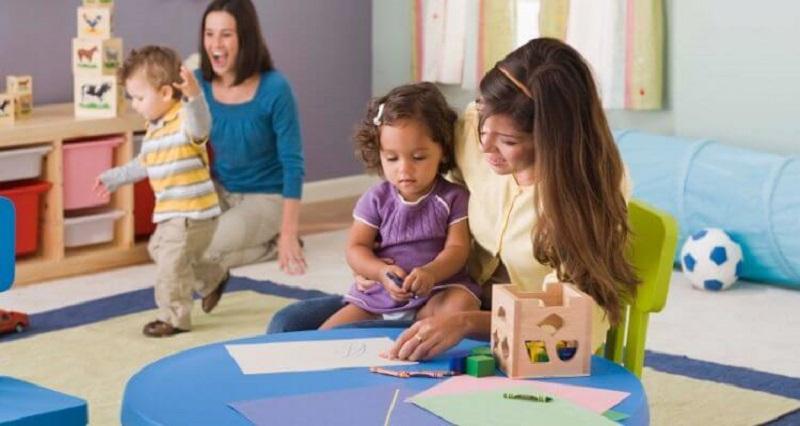 https: img-o.okeinfo.net content 2020 02 09 196 2165758 daycare-titip-nenek-atau-pengasuh-mana-yang-terbaik-untuk-tumbuh-kembang-anak-PbOe9ayrny.jpg