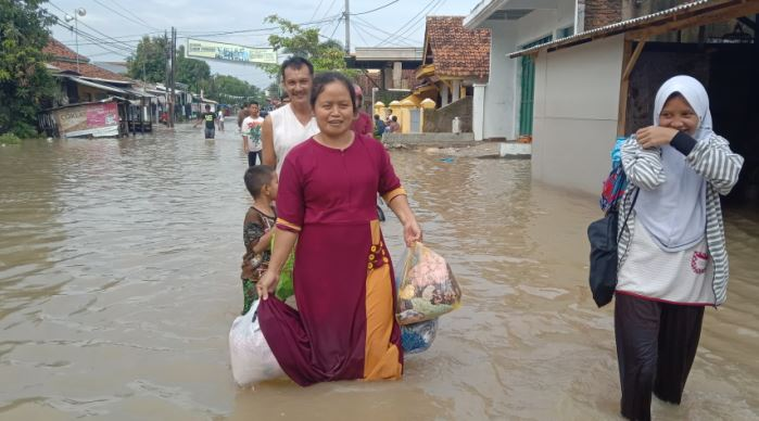 https: img-o.okeinfo.net content 2020 02 09 525 2165630 banjir-di-cirebon-mulai-surut-tim-gabungan-tutup-tanggul-jebol-dengan-karung-pasir-KKjY1n09XI.JPG