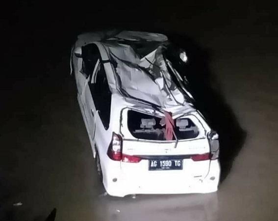 https: img-o.okeinfo.net content 2020 02 12 519 2167212 mobil-angkut-sekeluarga-terjun-ke-jurang-1-tewas-dan-6-terluka-FDAfSJ7DZB.jpg