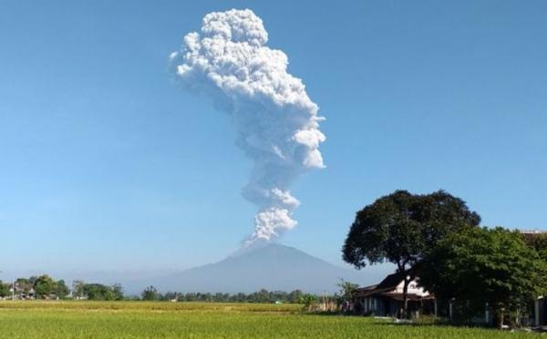 https: img-o.okeinfo.net content 2020 02 13 512 2168105 gunung-merapi-erupsi-lontaran-material-vulkanik-sejauh-1-kilometer-OS2HywX5X0.jpg