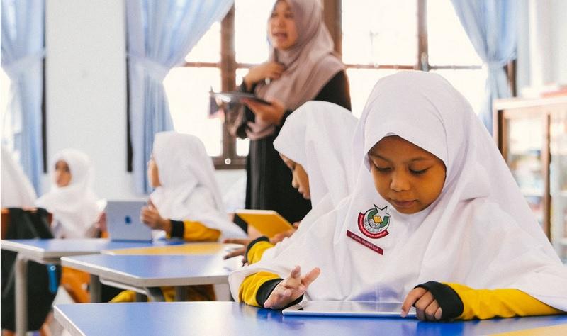 https: img-o.okeinfo.net content 2020 02 13 614 2167763 keren-sekolah-islam-tertua-di-singapura-gunakan-ipad-untuk-belajar-mQS2Bar54g.jpg