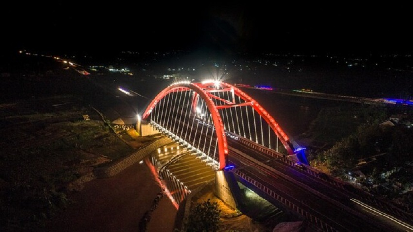 https: img-o.okeinfo.net content 2020 02 16 320 2169256 mengintip-keindahan-jembatan-kalikuto-di-malam-hari-3RSaOlXjVn.jpeg