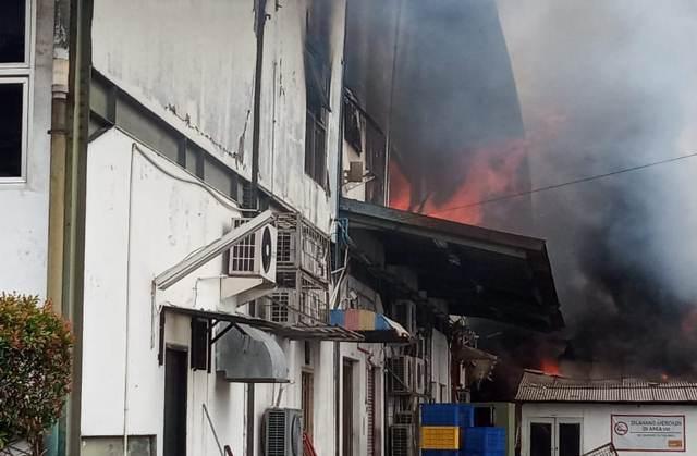 https: img-o.okeinfo.net content 2020 02 16 338 2169327 pabrik-roti-di-depok-terbakar-10-unit-mobil-damkar-dikerahkan-HAj5O0f7pK.jpg