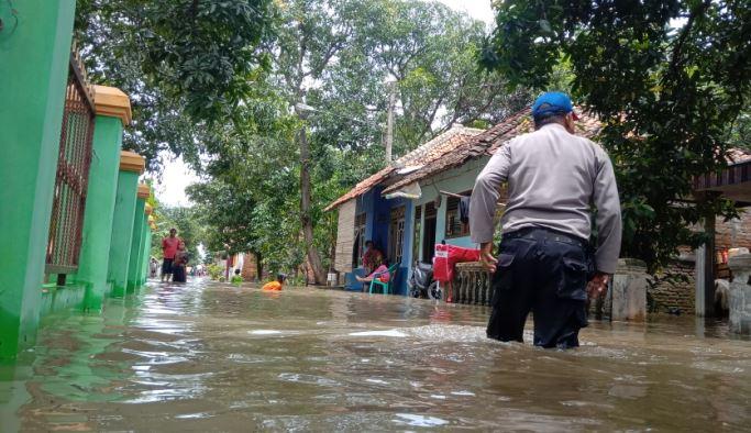 https: img-o.okeinfo.net content 2020 02 18 525 2170301 pasca-banjir-cirebon-katup-pintu-air-sungai-cisanggarung-akan-diperbaiki-iAvIMcKmjX.JPG