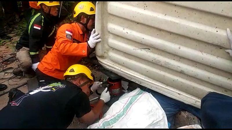 https: img-o.okeinfo.net content 2020 02 19 512 2170996 evakuasi-korban-tergencet-truk-molen-basarnas-terjunkan-alat-canggih-ZWJpVHoQ9S.jpg