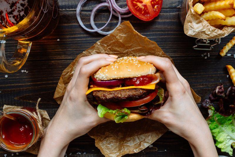 https: img-o.okeinfo.net content 2020 02 21 481 2172349 berhenti-konsumsi-junk-food-tak-jadi-jaminan-bebas-penyakit-jantung-HjCDHgKUqP.jpg