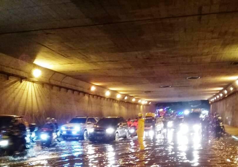 https: img-o.okeinfo.net content 2020 02 23 338 2172778 banjir-surut-kini-underpass-tol-cawang-kembali-bisa-dilalui-kendaraan-yV1OmIhRGU.jpg