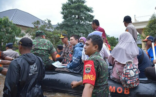 https: img-o.okeinfo.net content 2020 02 25 338 2174122 20-kecamatan-terendam-bekasi-tetapkan-status-darurat-banjir-mcRKtfzVzz.jpg