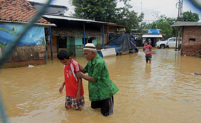 https: img-o.okeinfo.net content 2020 02 26 338 2174587 banjir-gara-gara-tanggul-sungai-citarum-jebol-ratusan-warga-muaragembong-dievakuasi-SIBVLkE2EM.jpg