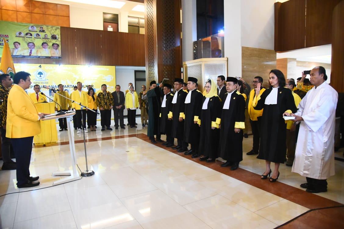 https: img-o.okeinfo.net content 2020 02 28 337 2175895 airlangga-hartarto-lantik-7-hakim-mahkamah-partai-golkar-periode-2019-2024-87gJIGMiGb.jpg