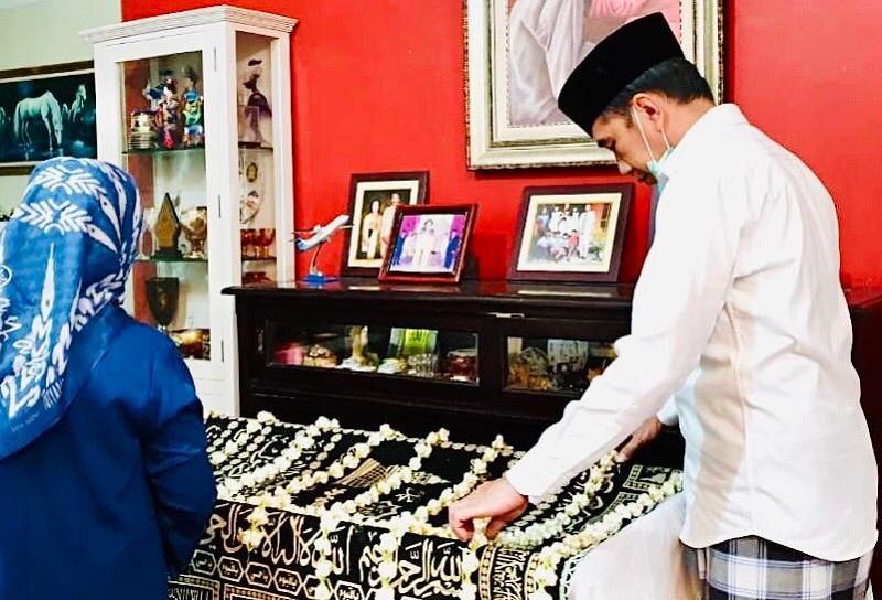 https: img-o.okeinfo.net content 2020 03 26 612 2189333 tata-cara-dan-makna-upacara-kematian-brobosan-yang-dilakukan-keluarga-presiden-jokowi-QTPXVBuRV4.jpg