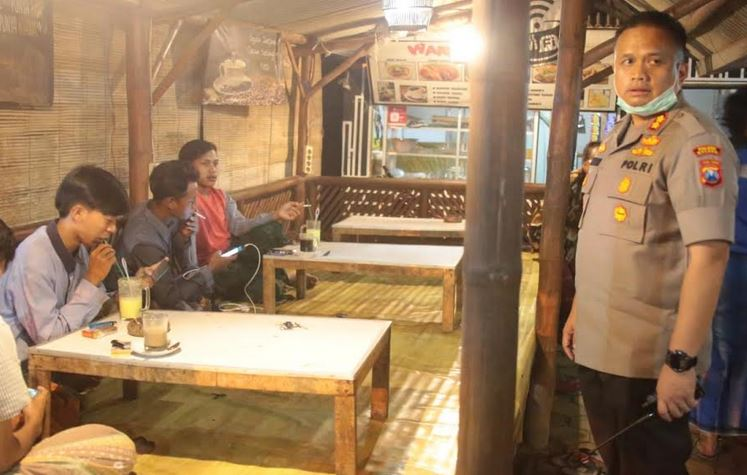 https: img-o.okeinfo.net content 2020 03 27 519 2189947 puluhan-pemuda-di-kabupaten-malang-dibubarkan-polisi-saat-asyik-ngopi-6O81thPtj3.JPG