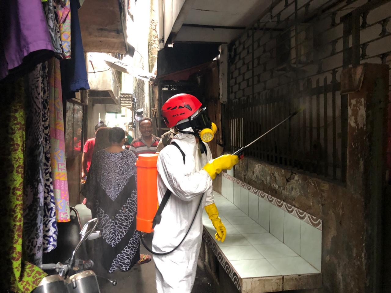 https: img-o.okeinfo.net content 2020 04 02 337 2193247 pemerintah-semprot-disinfektan-dan-sebar-puluhan-ribu-sabun-di-jakarta-dan-tangsel-iJX33ItvD4.jpg
