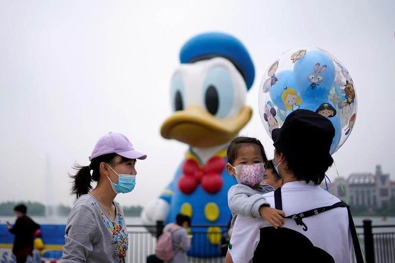 https: img-o.okeinfo.net content 2020 05 11 406 2212166 disneyland-shanghai-dibuka-pengunjung-wajib-pakai-masker-nPoeHrqsjd.jpg