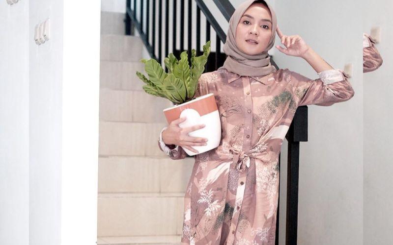 https: img-o.okeinfo.net content 2020 05 20 617 2216877 modisnya-gaya-hijab-enno-lerian-di-rumah-aja-hTapzlhF59.jpg