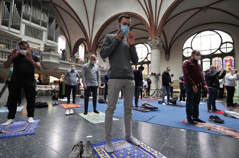 https: img-o.okeinfo.net content 2020 05 23 614 2218472 kuota-jamaah-masjid-terbatas-umat-islam-beribadah-di-gereja-xMAZ0DA7fU.JPG