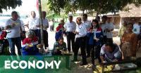Sebelum Tinjau Kilang TPPI, Rini Soemarno Cicipi Semangka Tuban