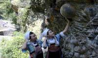 Menakjubkan! Tebing di Gunung Gandeng Mengeluarkan Puluhan