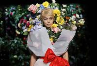 Gigi Hadid Berubah Jadi Buket Bunga Raksasa di Milan Fashion Week 2018