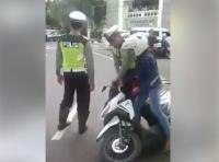 Walah! Pakai Motor Pinjaman dan Lupa Bawa STNK, Wanita Ini <i>Cekcok</i> dengan Polisi