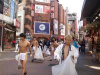 Setengah Bugil, Pria-Pria Jepang Ini Bersihkan Jalanan, Bikin Gerah Pejalan Kaki!