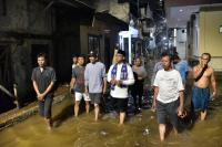 Malam-Malam, Anies Baswedan Jalan Kaki Cek Penanganan Banjir di Cipete Utara