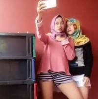 VIRAL! 2 Cewek Berhijab <i>Selfie</i> Pakai Celana Pendek, Netizen: Harus Disanksi Tegas