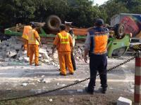 Truk Bermuatan Batu Hebel Terbalik di Tol JORR Lebak Bulus, Kemacetan Mengular hingga 2 Kilometer