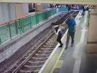 VIDEO: Astaga! <i>Nyapa</i> Teman, Petugas Kebersihan Hong Kong Malah Didorong ke Rel KRL