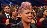 Pink Bantah Tak Suka Penampilan Christina Aguilera di AMAs 2017