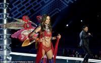 Sempurna, Aksi Alessandra Ambrosio di Victoria's Secret Fashion Show 2017 Sebelum Pensiun