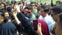 Bahagianya Warga Lampung Dapat Kaos dari Presiden Jokowi