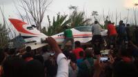 Warga Ikut Bantu Evakuasi Pesawat Gubernur Aceh Pasca-Mendarat Darurat