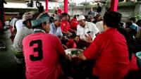 Usai Kampanye, Wayan Koster-Cok Ace Makan Sate Lilit <i>Bareng</i> Warga
