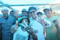 Cagub Sulsel Ichsan Yasin Limpo Angkat Empat Ikan sebagai Simbol Kemenangan