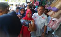 Kampanye ke Cianjur, Deddy Mizwar Dikerumuni Warga Minta Swafoto