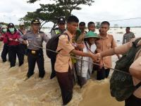 Brimob Polda Jateng Bantu Evakuasi Korban Banjir di Brebes