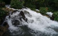 Melihat Keindahan Air Terjun Evu yang Bermuara Langsung ke Laut
