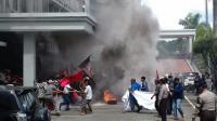 Demo Korban Penggusuran di DPRD Bekasi Ricuh, Massa Baku Hantam dengan Satpol PP