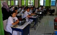 Siswa Siswi di Cirebon Gunakan Modem untuk UNBK